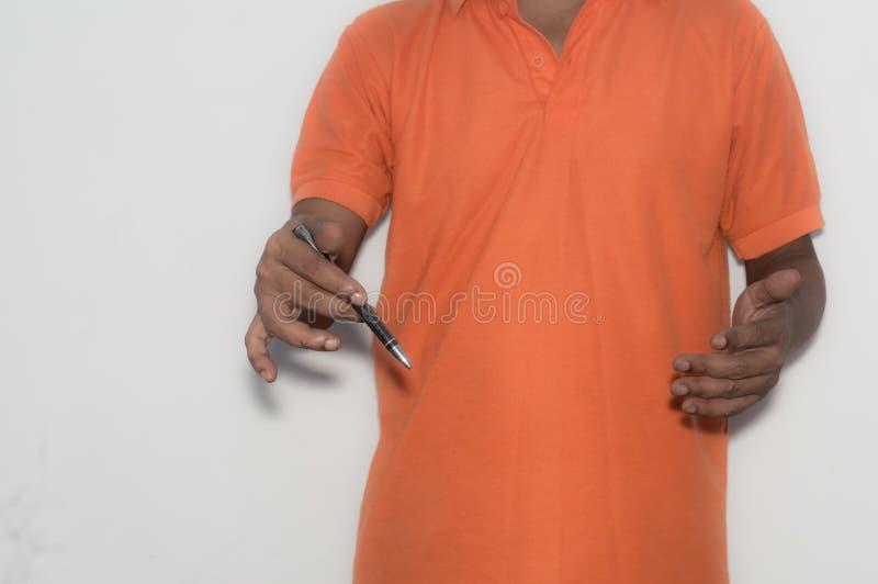 Homme d'affaires tenant un stylo dans sa main, expliquant une stratégie marketing Conceptuel photos libres de droits