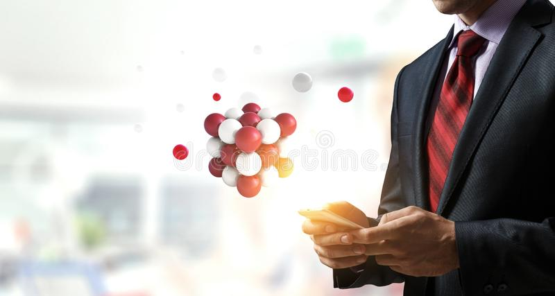 Homme d'affaires tenant un tabalet avec un groupe de sphères faisant de la lévitation en haut Media m?lang? images libres de droits