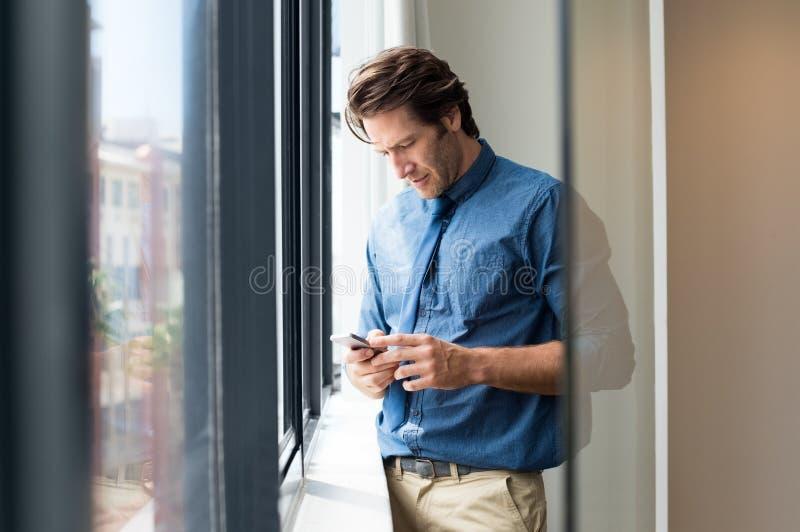 Homme d'affaires texting un message photo libre de droits
