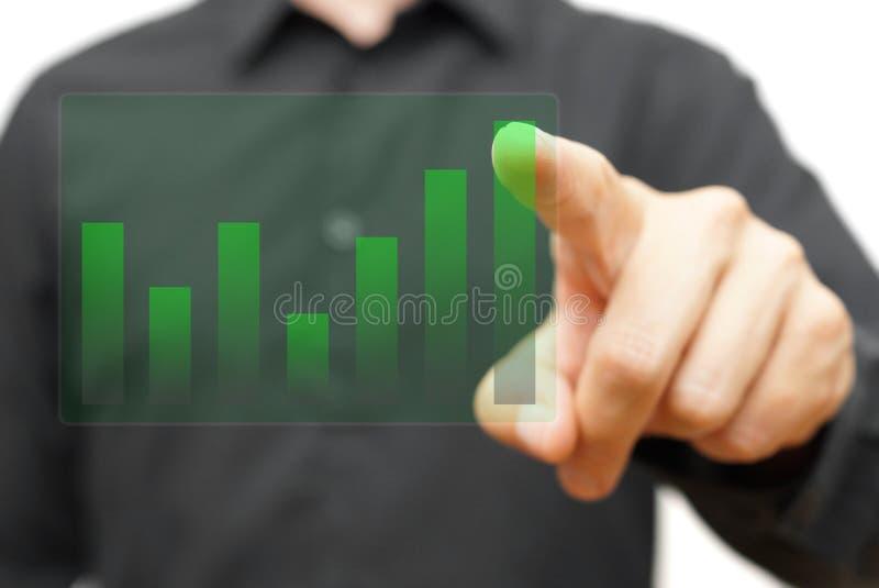 Homme d'affaires touchant le diagramme grandissant transparent de société images libres de droits