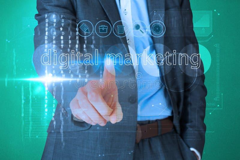 Homme d'affaires touchant le marketing numérique de mots sur l'interface photographie stock