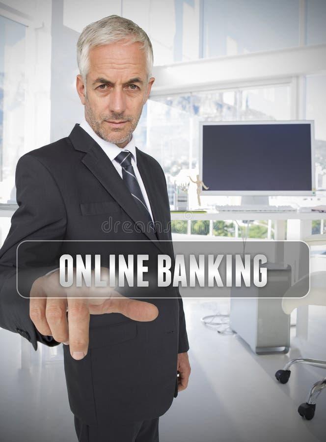 Homme d'affaires touchant les opérations bancaires en ligne de terme photos libres de droits