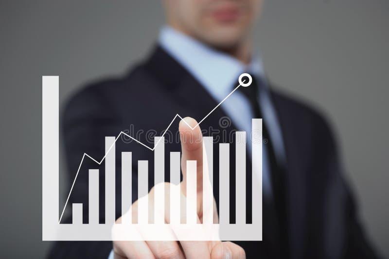 Homme d'affaires Touching un graphique indiquant la croissance photos stock