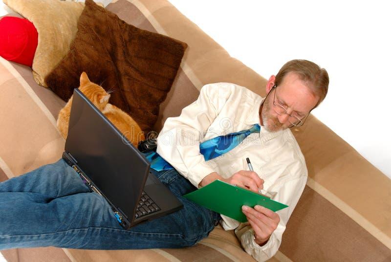 Homme d'affaires travaillant à la maison images libres de droits