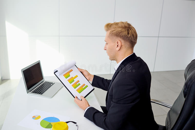 Homme d'affaires travaillant à son bureau avec un ordinateur portable dans le bureau images stock