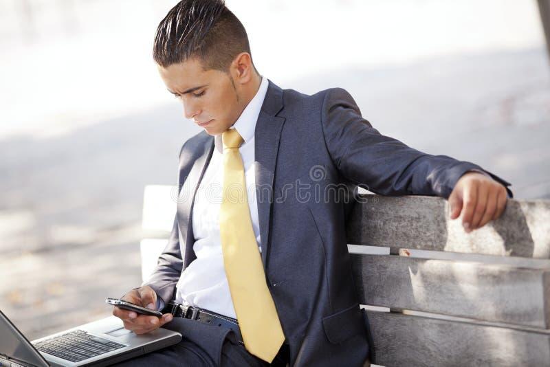 Homme d'affaires travaillant au stationnement de ville photos libres de droits