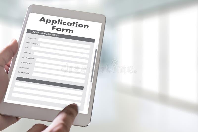 homme d'affaires travaillant au Web en ligne Job Appli d'utilisation d'ordinateur portable photographie stock libre de droits