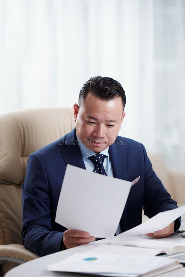 Homme d'affaires travaillant avec des documents au bureau images libres de droits