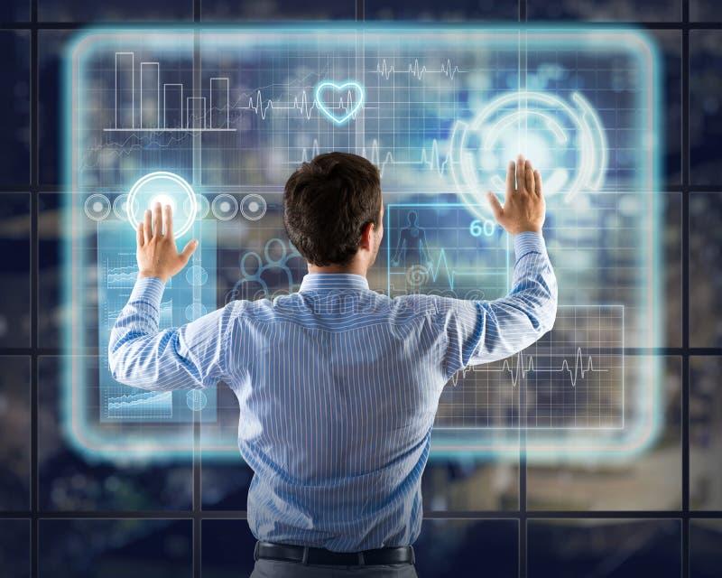 Homme d'affaires travaillant avec des technologies virtuelles images stock