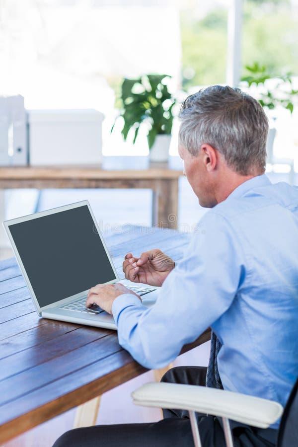 Download Homme D'affaires Travaillant Avec L'ordinateur Portable Image stock - Image du jour, corporate: 56481115