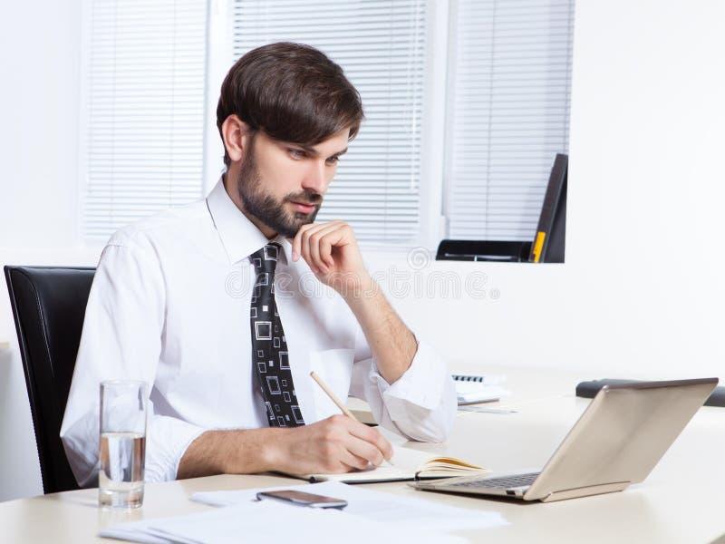 Homme d'affaires travaillant avec l'ordinateur portatif images stock