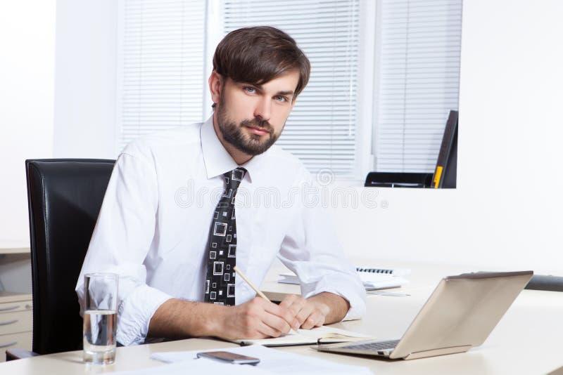 Homme d'affaires travaillant avec l'ordinateur portatif photo libre de droits