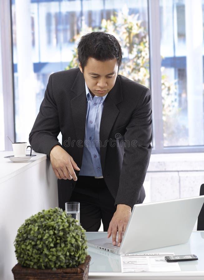 Homme d'affaires travaillant avec l'ordinateur portatif image stock