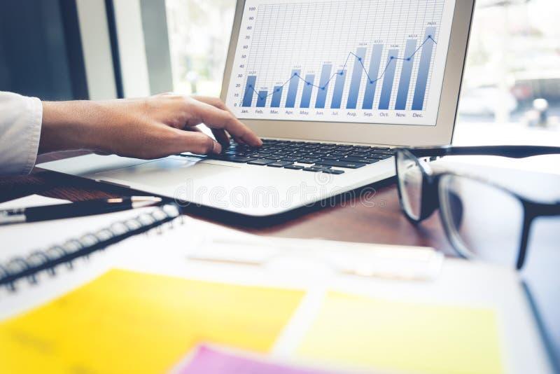 Homme d'affaires travaillant avec l'ordinateur portatif Technologie d'affaires image stock