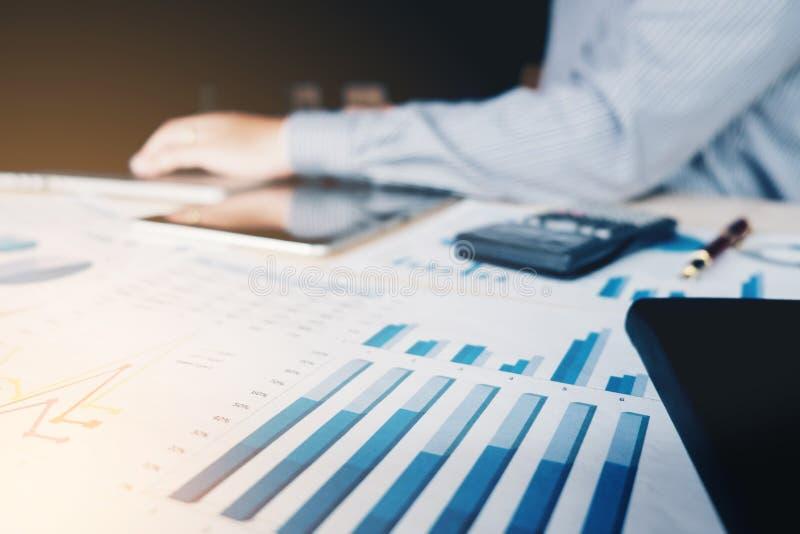 Homme d'affaires travaillant avec la calculatrice au bureau et financier image stock