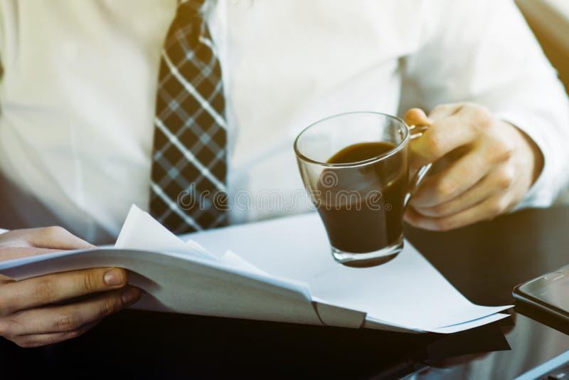 Homme d'affaires travaillant avec le carnet générique de conception Tenir le smartphone dans des mains Technologie mondiale de co photographie stock libre de droits