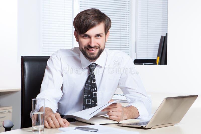Homme d'affaires travaillant avec le papier et l'ordinateur portable photos stock