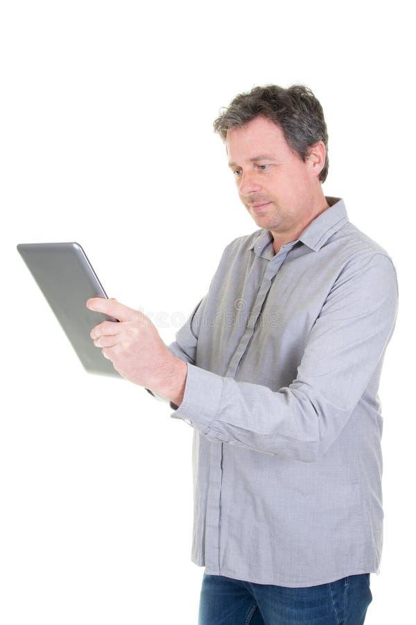 Homme d'affaires travaillant avec le PC de comprimé sur le mur blanc photo libre de droits