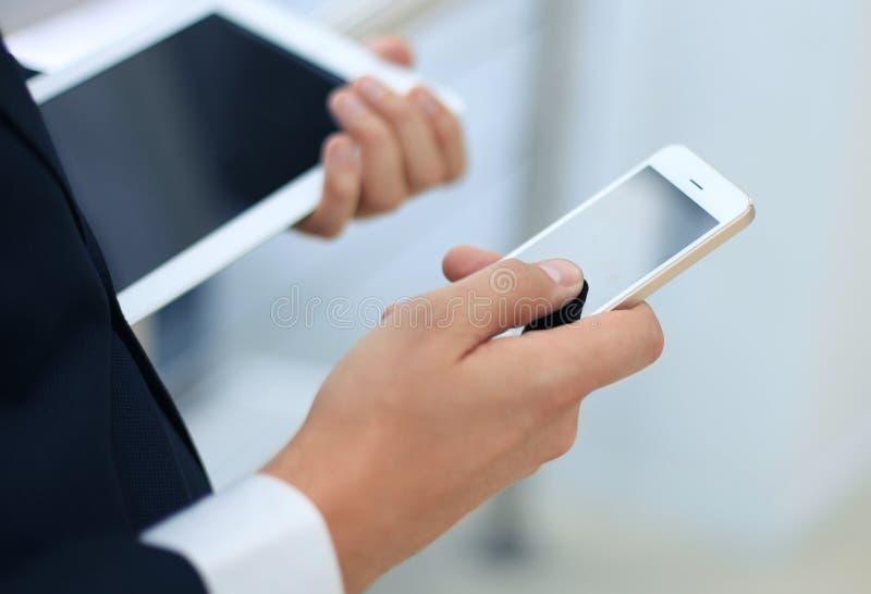 Homme d'affaires travaillant avec les dispositifs modernes images stock