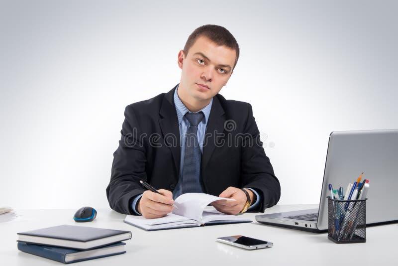 Homme d'affaires travaillant avec les documents et l'ordinateur portable images libres de droits