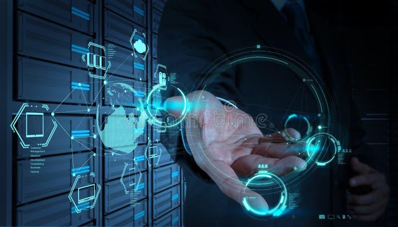 Homme d'affaires travaillant avec un diagramme de calcul de nuage sur la nouvelle Co photographie stock