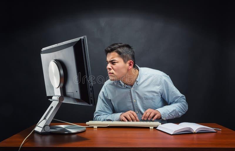 Homme d'affaires travaillant dans le bureau photographie stock
