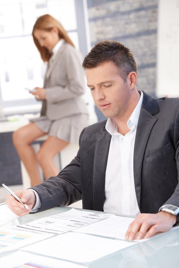 Homme d'affaires travaillant dans le bureau se reposant au bureau photo libre de droits