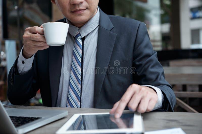 Homme d'affaires travaillant en café images libres de droits
