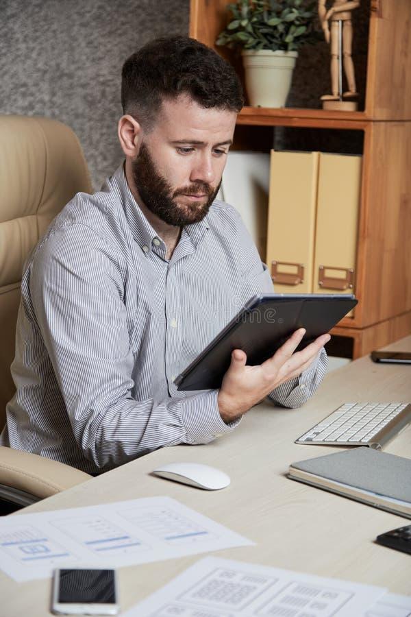 Homme d'affaires travaillant ? la tablette digitale photos stock