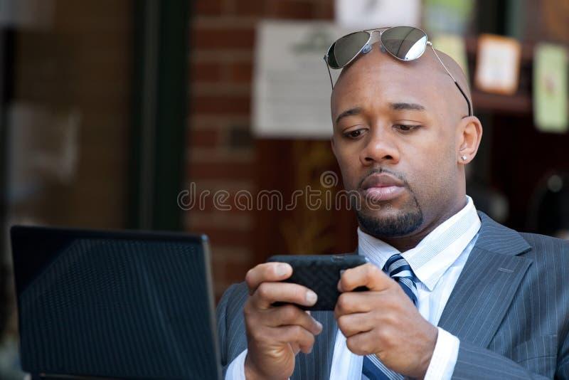 Homme d'affaires travaillant sans fil photos libres de droits