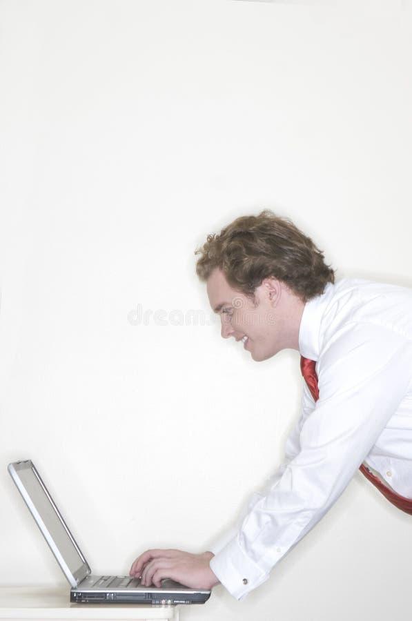 Homme d'affaires travaillant sur l'ordinateur portatif photographie stock