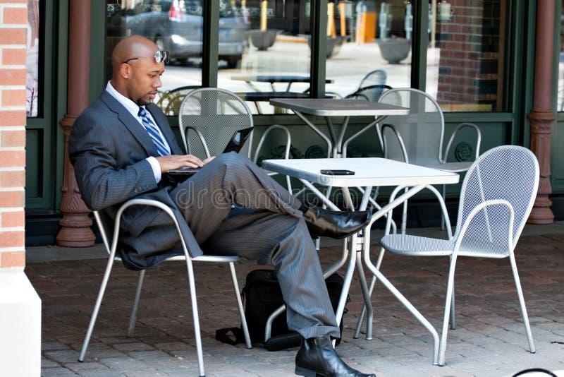 Homme d'affaires travaillant sur son ordinateur portatif images stock
