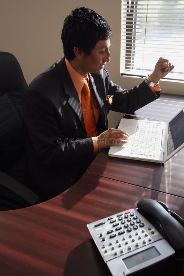 Homme d'affaires travaillant sur son ordinateur portatif photos libres de droits