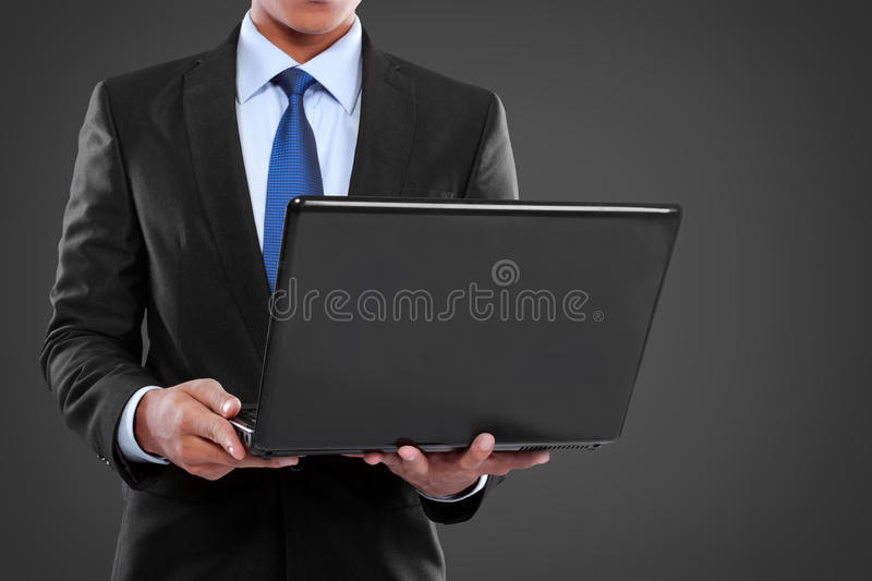 Homme d'affaires travaillant sur un ordinateur portable photos stock