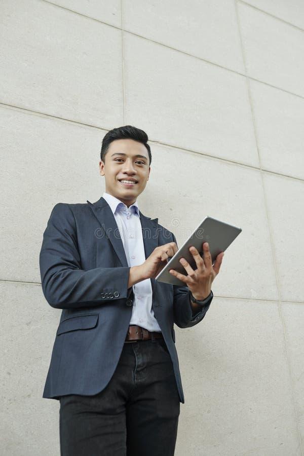 Homme d'affaires travaillant sur une tablette numérique photo stock