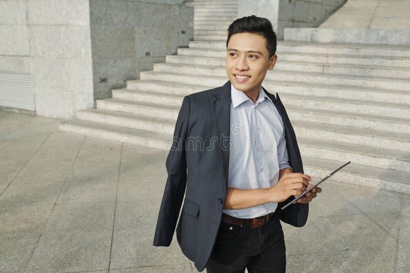 Homme d'affaires travaillant sur une tablette numérique images libres de droits