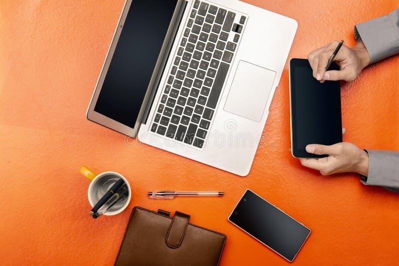 Homme d'affaires travaillant utilisant le comprimé numérique, l'ordinateur portable et le phone mobile images stock