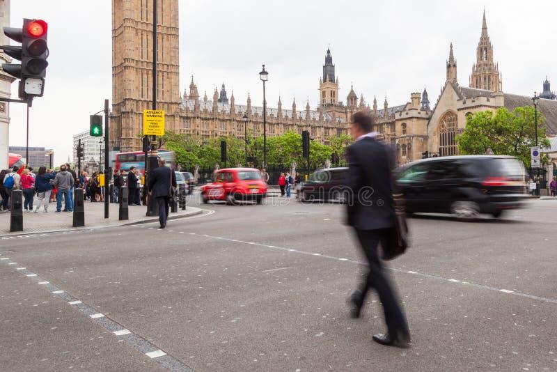 Homme d'affaires traversant une rue à Londres photos libres de droits