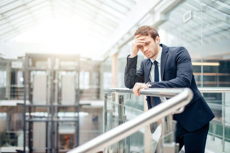 Homme d'affaires triste couvrant son visage de sa main L'homme a obtenu la mauvaise nouvelle tension photo stock