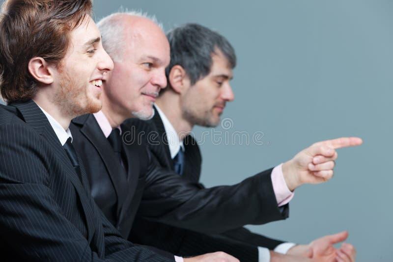 Homme d'affaires trois lors d'une réunion dans le bureau photo libre de droits