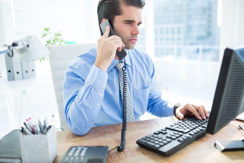 Download Homme D'affaires Utilisant L'ordinateur Et Téléphoner Image stock - Image du caucasien, écran: 56482813