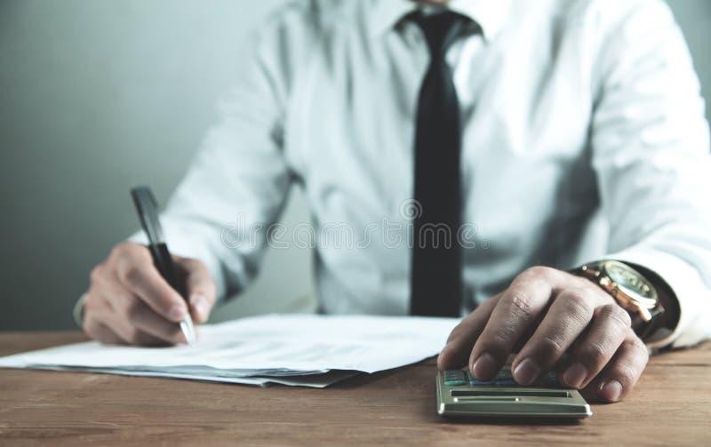 Homme d'affaires utilisant la calculatrice Anticipation commerciale financière image libre de droits