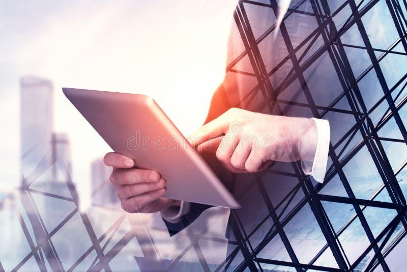 Homme d'affaires utilisant la tablette photo stock