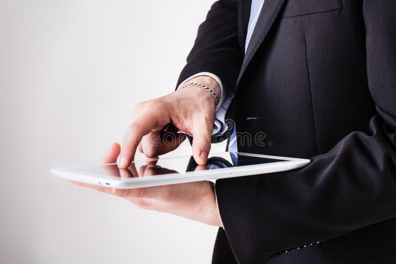 Homme d'affaires utilisant le bourdonnement de pincement image stock