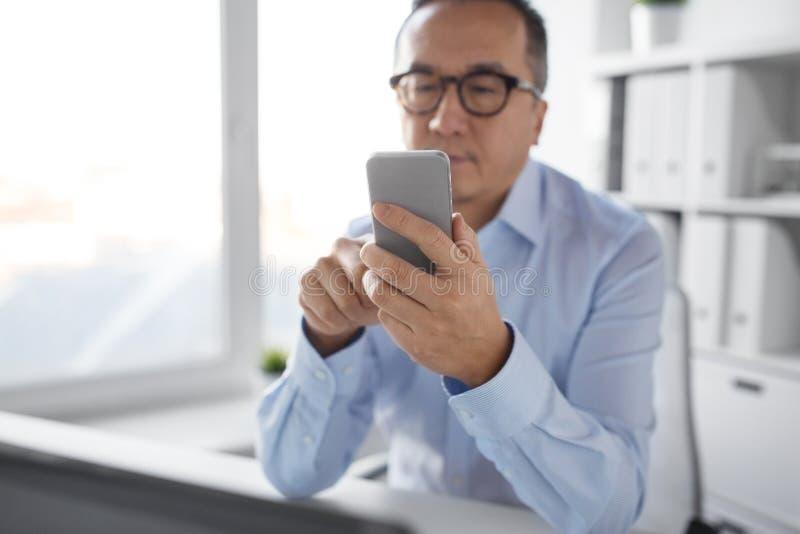Homme d'affaires utilisant le smartphone au bureau images libres de droits
