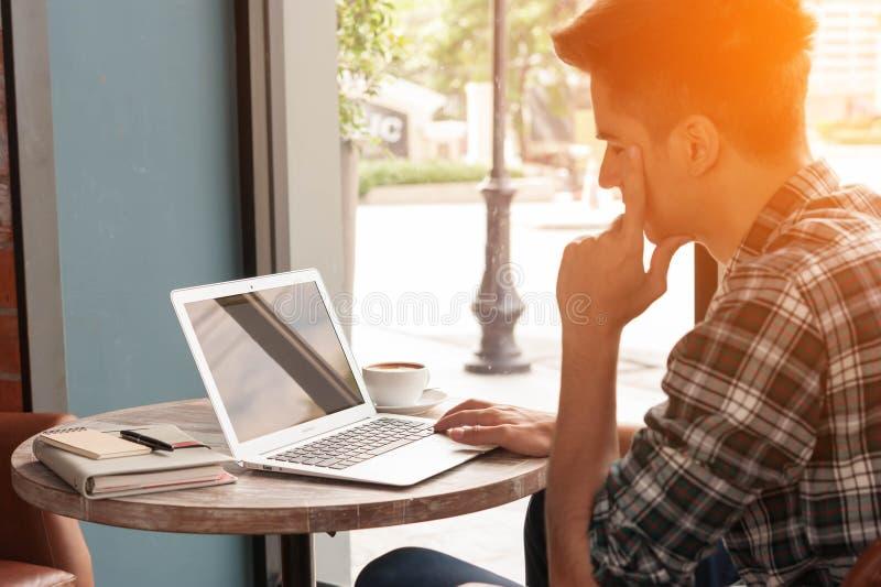 Homme d'affaires utilisant le smartphone et l'ordinateur portable buvant une tasse de café photos libres de droits