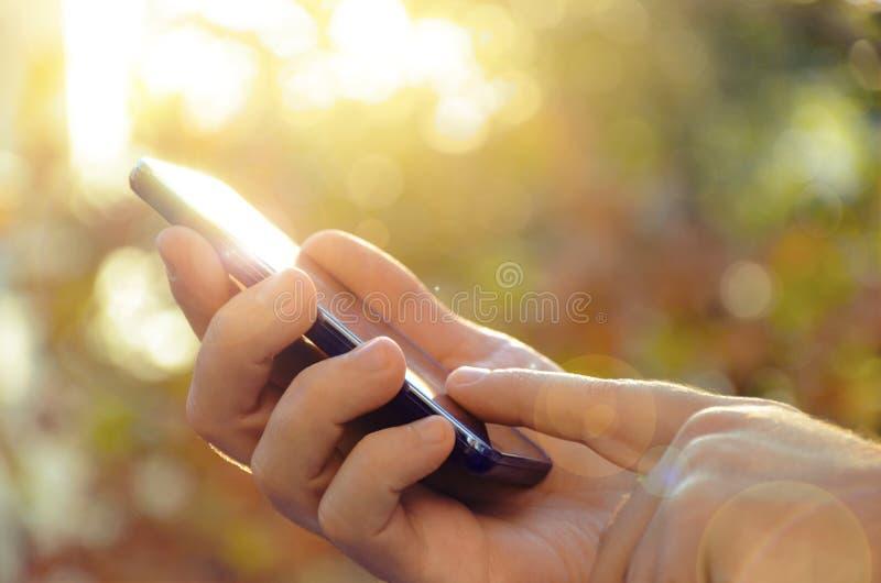 Homme d'affaires utilisant le téléphone intelligent photo libre de droits