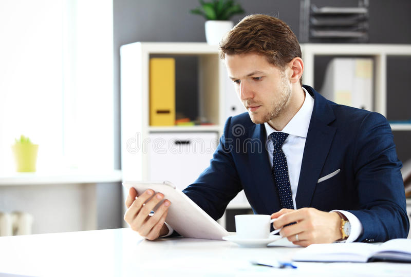 Homme d'affaires utilisant son comprimé image stock