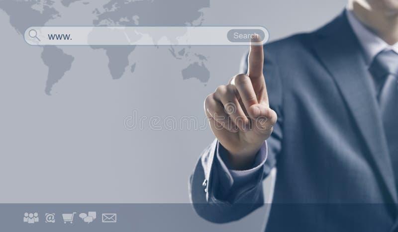 Homme d'affaires utilisant un moteur de recherche images stock