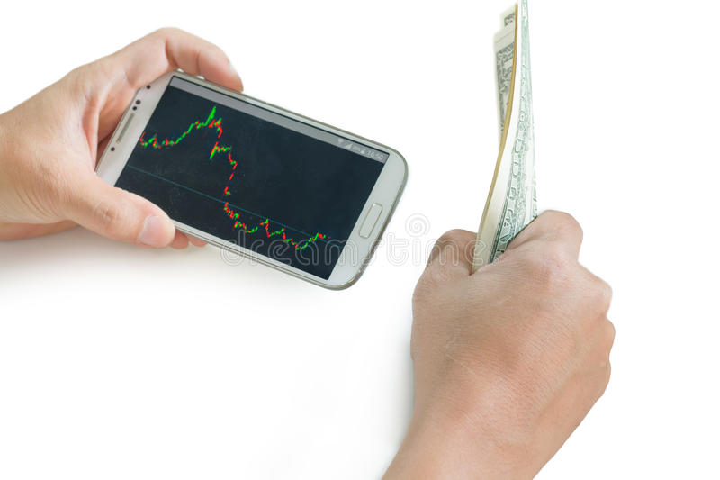 Homme d'affaires utilisant un périphérique mobile pour vérifier des actions avant la décision photo libre de droits